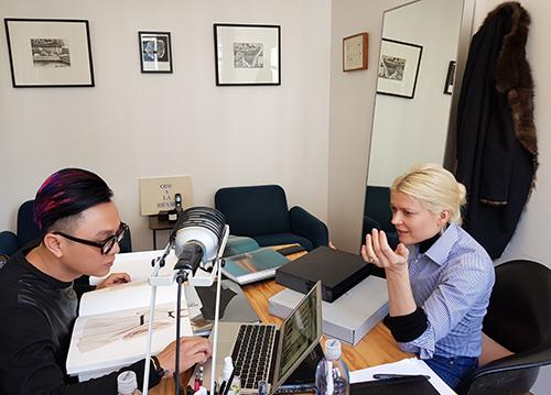 Công Trí bàn bạc cùng Kate Young trong căn phòng làm việc của stylist ở Mỹ.