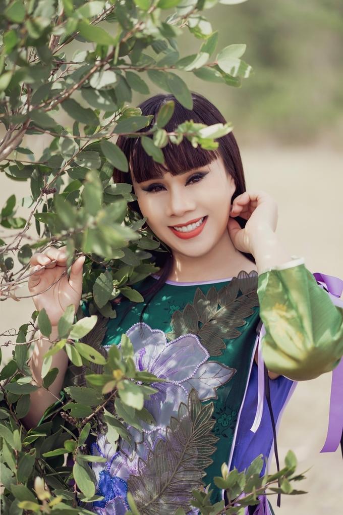 Hằng Nguyễn gợi ý mặc áo dài hoa cách tân