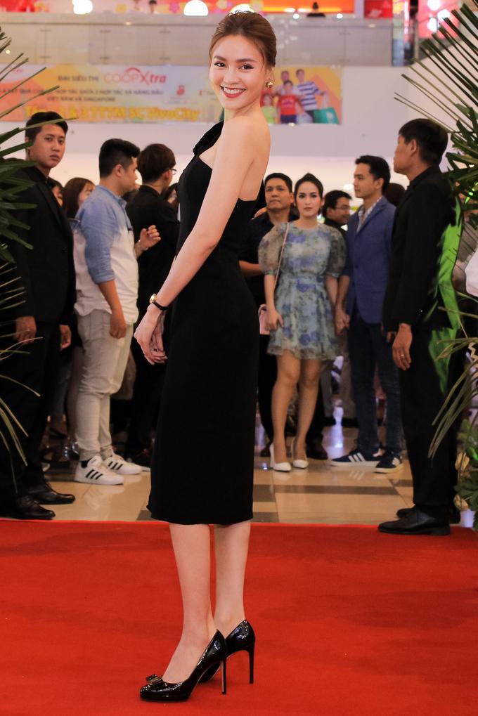 Ngọc Trinh hóa cô dâu dự ra mắt phim
