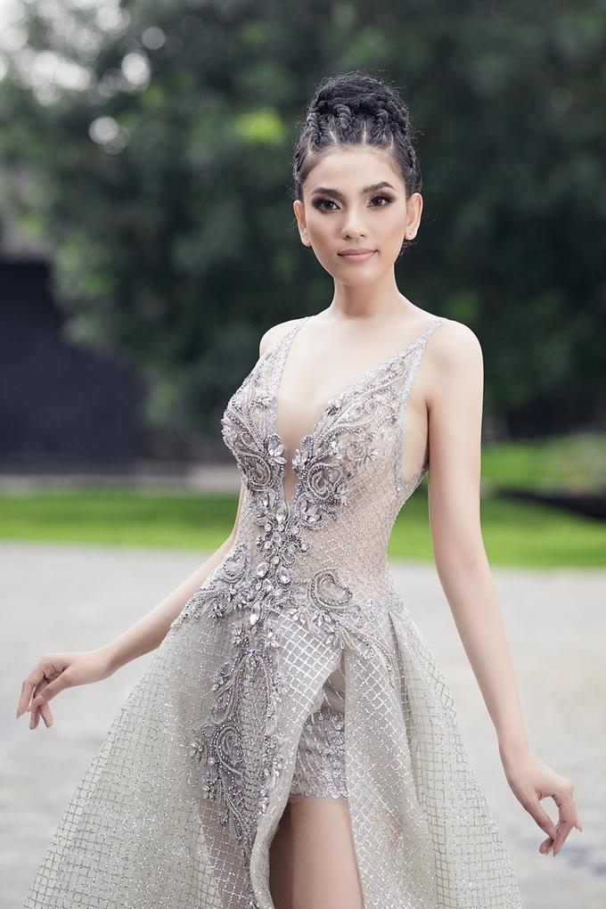 Trương Thị May mặc gợi cảm với đầm xẻ sâu
