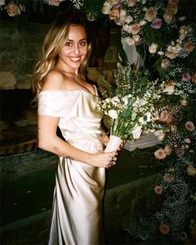 Ngày 14/2, Miley Cyrus đăng tải loạt ảnh chụp trong đám cưới của cô và Liam Hemsworth hồi tháng 12/2018. Đây là Valentine đầu tiên của cặp sao kể từ khi trở thành vợ chồng.