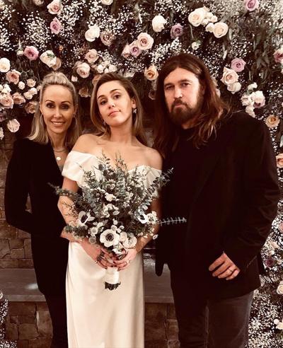 Miley và Liam ban đầu dự định tổ chức đám cưới tạingôi nhàhọ sống ở Malibu (California) nhưng nơi này đã bị thiêu rụi trong đámcháy rừnghồi đầu tháng 11.Đám cưới của Miley Cyrus diễn ra giản dị vàkhách mời chủ yếu là thành viên trong gia đình như hai anh trai Chris Hemsworth và Luke Hemsworth, mẹ Miley - bà Tish, em gái Noah Cyrus...