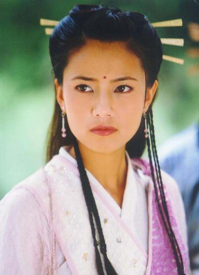 Bản Ỷ Thiên 2003 do Trung Quốc đại lục sản xuất thu hút chú ý khi có sự tham gia của Tô Hữu Bằng, Trương Quốc Lập, Trương Thiết Lâm, Vương Cương. Hai nữ chính Giả Tịnh Văn (Triệu Mẫn), Cao Viên Viên (Chu Chỉ Nhược)được khen ở vẻ ngoài thanh tân, ngọt ngào. QQ nhận xét diễn xuất của Cao Viên Viên lúc bấy giờ đôi lúccòn non song vẻ đẹp của cô làm người xem lưu luyến. Đây được gọi là Ỷ Thiên Đồ Long Ký phiên bản thần tượng, dễ nhận được cảm tình của khán giả.