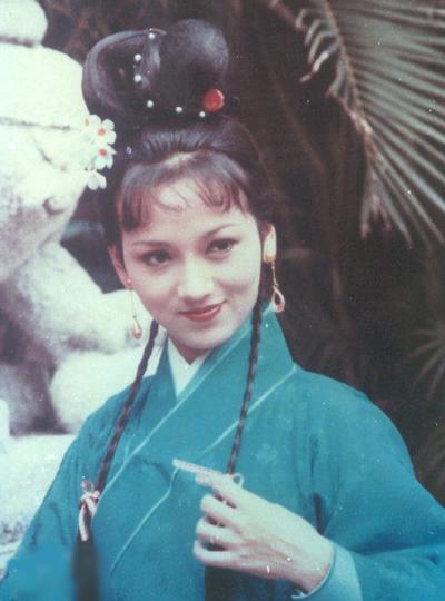 Năm 1978, TVB ra mắt Ỷ Thiên Đồ Long Ký với dàn diễn viên được mến mộ nhất thời bấy giờ là Triệu Nhã Chi, Trịnh Thiếu Thu, Uông Minh Thuyên, Trần Ngọc Liên... Vào vai Chu Chỉ Nhược, Triệu Nhã Chi được công nhận về diễn xuất. Trang Dazhong đánh giá khí chất diễn viên phù hợp nhân vật.Theo trang On, tác phẩmđược sự đón nhận lớn từ khán giả đương thời, được bình chọn là một trong 10 phim truyền hình nổi bật nhất của TVB thập niên 1980 - 1990.