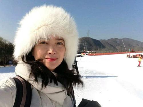 Nguồn tin cho biết Hà Tình hạnh phúc bên chồng - diễn viên Liêu Kinh Sinh. Thời gian vợ bị bệnh, Liêu Kinh Sinh hạn chế công việc để chăm sóc cô.