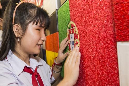 Học sinh khiếm thị thưởng thức tranh quốc kỳ vẽ theo phương pháp Maris.