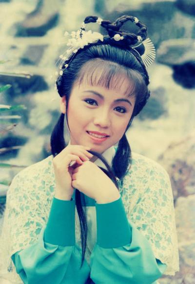 Đặng Tụy Văn đóng Chu Chỉ Nhược của Ỷ Thiên Đồ Long Ký 1986, khi tròn 20 tuổi. Đây là phiên bản kinh điển của đài TVB. Sohu đánh giá Tụy Văn khắc họa tinh tế sự chuyển biến từ nhu mì sang tàn nhẫn.