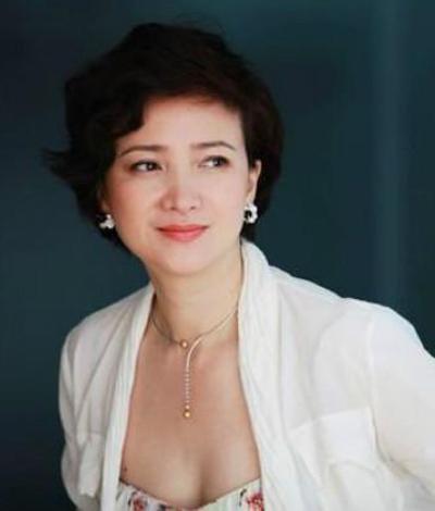 Cô được đánh giá là diễn viên thực lực, cô là nghệ sĩ nữ duy nhất góp mặt trong bốn phim kinh điển chuyển thể tứ đại danh tác làTây du ký 1986 (vai Linh Cát Bồ Tát), Hồng lâu mộng 1987 (Tần Khả Khanh), Tam Quốc diễn nghĩa 1993 (Tiểu Kiều), Thủy Hử truyện (kỹ nữ Lý Sư Sư).