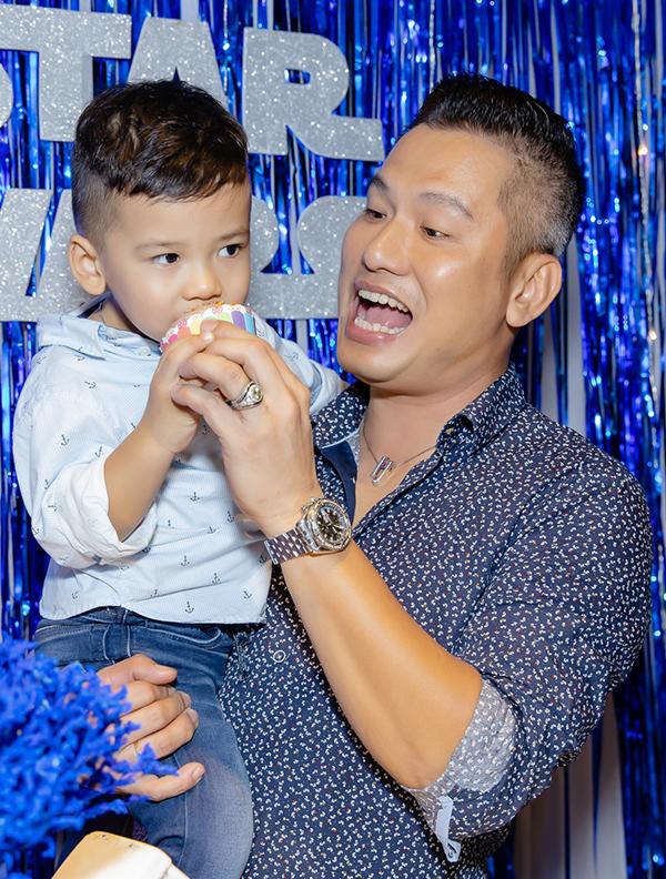 Con trai Jennifer Phạm mừng sinh nhật bên bố dượng