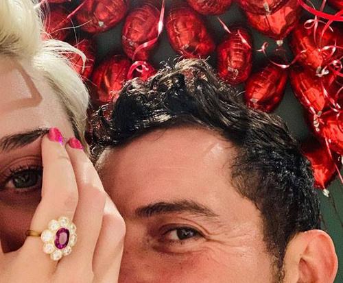 Hình ảnh chiếc nhẫn đính hôn được Katy Perry và Orlando Bloom chia sẻ.