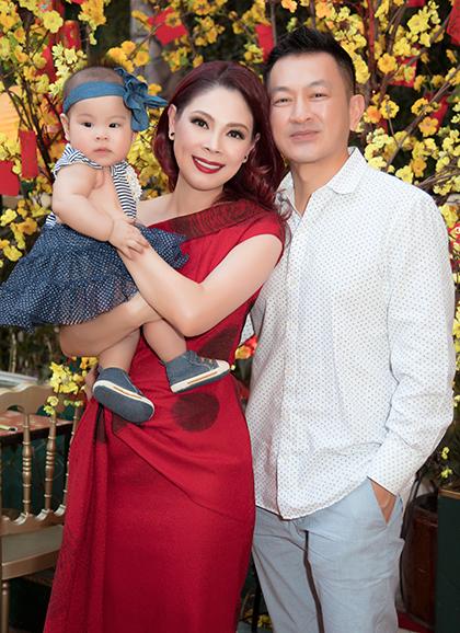 Chồng con Thanh Thảo cùng cô về Việt Nam ăn Tết.