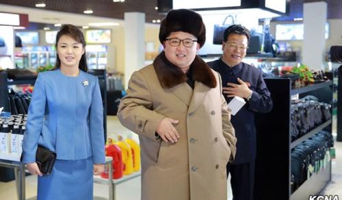 Kể từ lần ra mắt tại một buổi biểu diễn ca nhạc năm 2012, cô đồng hành cùng chồng tại nhiều sự kiện đặc biệt. Cô mặc những bộ váy khá hiện đại và nhiều màu sắc, thay vì chọn hanbok hoặc các trang phục truyền thống đơn sắc. Theo SCMP, sau khi Ri liên tiếp xuất hiện trên truyền thông năm 2012, phụ nữ Triều Tiên bắt đầu để mắt tới xu hướng thời trang mới. Gu thời trang phương Tây của cô trở thành biểu tượng. Hàng nhái ăn theo váy áo của Ri được bày bán nhan nhản tại các chợ Triều Tiên. Những chiếc váy màu sắc, chân váy ngắn ôm sát cơ thể và những đôi giày cao gót nở rộ tại Bình Nhưỡng.