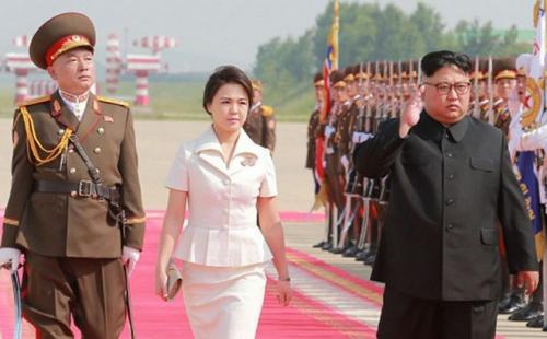 Vợ ông Kim Jong-un ghi điểm với váy suit trắng. Kiểu áo peplum giúp cô tôn eo và hông.