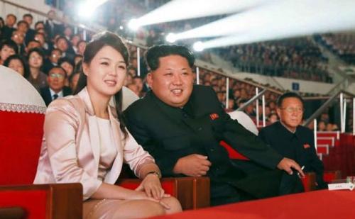 Vợ chồng Kim Jong-un theo dõi buổi biểu diễn ca nhạc kỷ niệm 72 năm thành lập đảng Lao động năm 2015. Phu nhân mặc váy suit màu be satin, trang điểm tự nhiên.