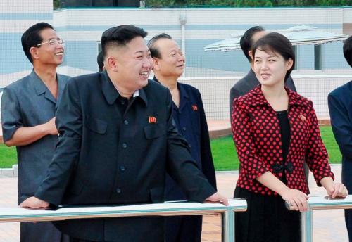 Cũng theo trang tin này, Kim Jong-un và vợ yêu thích cho các mặt hàng ngoại nhập xa xỉ. Phu nhân Ri từng sử dụng sản phẩm của Valentino, Dior, Tiffany và Movado.