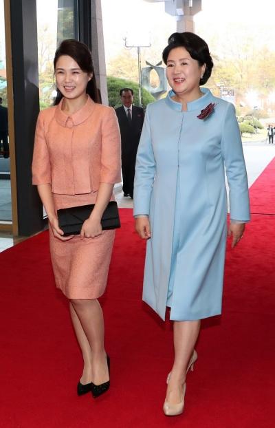 Các chuyên gia nhận xét phu nhân Triều Tiên sở hữu nhiều bộ cánh sành điệu không kém các đệ nhất phu nhân trên thế giới. Thời trang của cô còn được ví với công nương Kate Middleton.