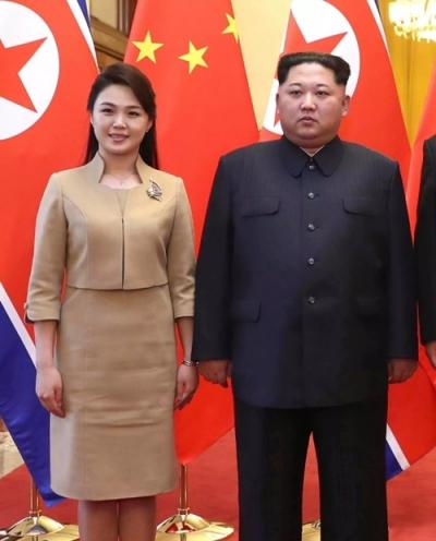 Trong một sự kiện năm 2018, phu nhân Ri Sol-ju mặc một chiếc áo khoác ngắn nâu nhạt kết hợp chân váy ngang gối và giày cao gót màu be. Cô tô điểm bằng chiếc vòng cổ, đôi khuyên tai nhỏ và một chiếc trâm hình bươm bướm làm bằng vàng và đá quý màu hồng.