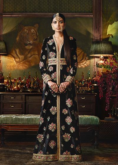 Trang India Today đưa tin trang phục mà  Hoa hậu Hoàn vũ 2018 hiết kế Haute Couture từ năm 2016 của nhà mốt Ấn Độ Sabyasachi.