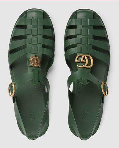 Dòng phụ kiện của Gucci thường được rao bán với giá khá cao trong khi kiểu dáng không xuất sắc. Trước đây, nhiều người sửng sốt khi Gucci bán dép quai hậu thập niên 1980 với giá 490 USD (11 triệu đồng).