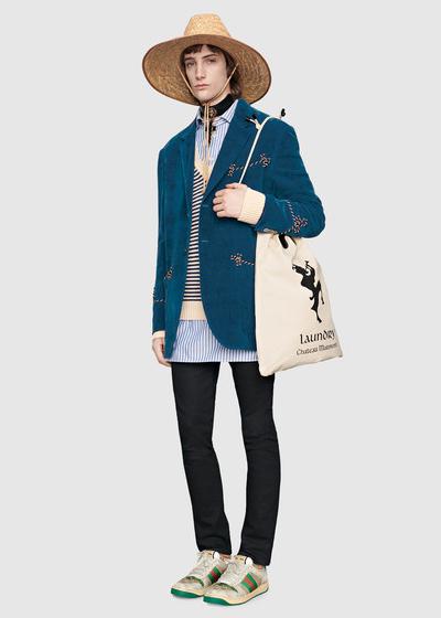 Để tạo nét độc đáo, Gucci gợi ý các chàng trai có thể kết hợp chúng cùng blazer, skinny jeans, sneakers và túi tote cho kỳ nghỉ năm nay.