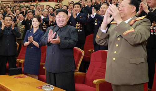 Phu nhân Ri Sol-ju mặc váy kẻ xanh thẫm, nhấn bằng thắt lưng nhỏ ở eo khi tham dự bữa tiệc chúc mừng thành công của vụ thử bom hạt nhân hồi tháng 9/2017.