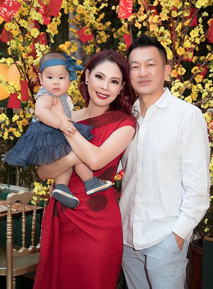 Ca sĩ Thanh Thảo bên chồng và con gái.