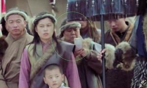 Diễn viên lén xem điện thoại trong phim cổ trang Hoa ngữ