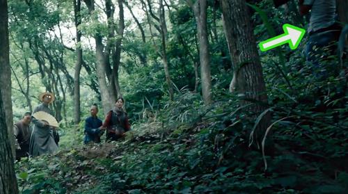 Nhân viên trường quay trong cảnh phim Ma thổi đèn: Nộ tình tương tây.