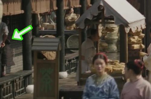 Người mặc áo sơ mi, xắn tay áo trong Minh Lan truyện - phim bối cảnh đời Tốngcủa Triệu Lệ Dĩnh.