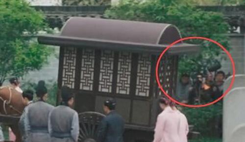 Tổ quay phim ở góc phải một cảnh phim Minh Lan truyện. Phim có bối cảnh đời Tống (Trung Quốc), do Triệu Lệ Dĩnh và Phùng Thiệu Phong đóng chính.