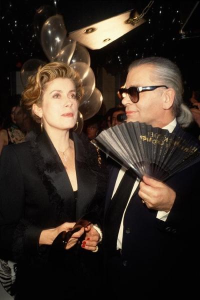 Catherine Deneuve. Minh tinh gợi cảm của Đông Dương cũng là một trong những nàng thơ nước Pháp của Lagerfeld. Cả hai đều là những biểu tượng của giới nghệ thuật Paris một thời: hoa lệ, sang trọng và tạo nên những giá trị không thể nào chìm lấp. Catherine Deneuve thời trẻ có vẻ đẹp sắc sảo. Không chỉ biến hóa đa dạng trên màn ảnh rộng, bà cũng là một nhân vật thú vị của giới thời trang, là gương mặt đại diện của Chanel No.5 cuối thập niên 1970, hai lần chụp khỏa thân cho Playboy... Đồng thời, bà được xếp vào nhóm những mỹ nhân có vẻ đẹp sang trọng nhất thế giới.