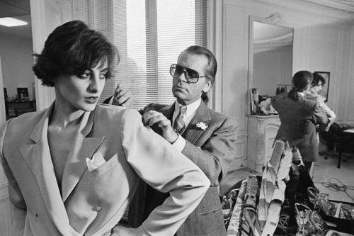 Lagerfeld đã đi tiên phong trong cách tiếp cận các gương mặt nổi tiếng và mời làm nàng thơ từ đầu những năm 1980. Khi đó biểu tượng phong cách của Paris - Ines de la Fressange được Lagerfeld chọn làm nàng thơ của mình và cô ngay lập tức trở thành gương mặt quảng cáo trong chiến dịch thời trang mới nhất của ông.