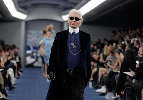 Karl Lagerfeld luôn xuất hiện với trang phục màu sẫm, kính râm và găng tay.