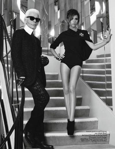 Victoria Beckham tạo dáng cùng Karl Lagerfeld trong ngôi nhà The House of Chanel, năm 2018. Vợ chồng cô là khách mời quen thuộc trong các show diễn của Chanel.