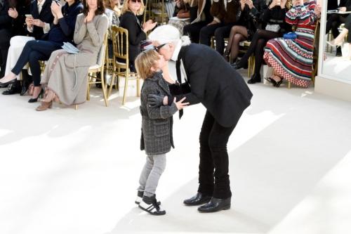 Khán giả đã quen với hình ảnh Hudson Kroenig được cha đỡ đầu Karl Lagerfeld dắt tay chào khán giả ở cuối mỗi show.