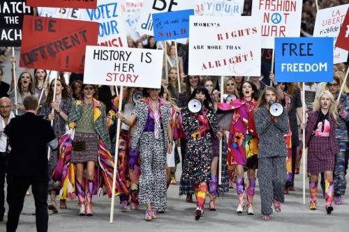 Hình ảnh dàn người mẫu bắc loa khi đi diễu hành đòi nữ quyền trên con phố Karl đã tạo ra cho riêng show Xuân Hè 2015.