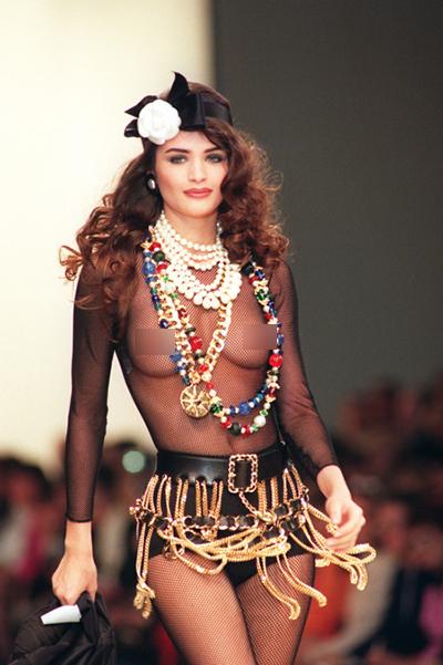 Người mẫu Chanel gây sửng sốt trong bộ áo lưới