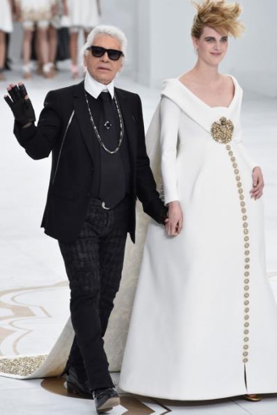 Karl và người mẫu bụng bầu ở show coututre Thu Đông 2014.