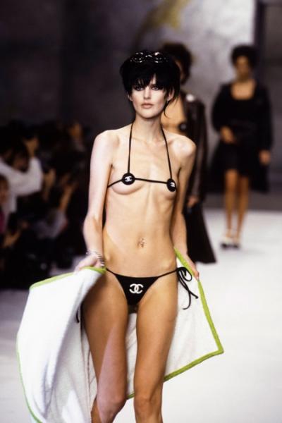 Bộ bikini thuộc top táo bạo trong lịch sử thuộc về Karl với màn trình diễn của người mẫu Stella Tennant