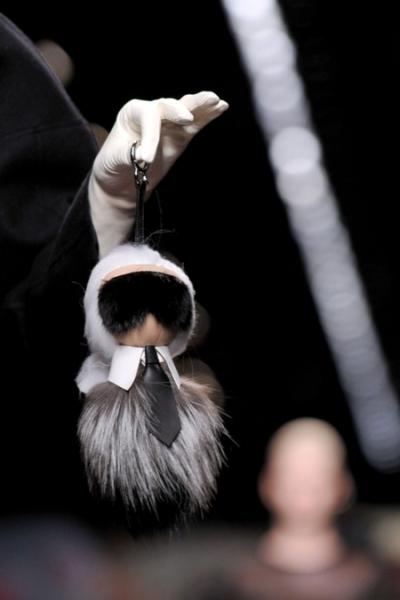 Karl tự làm móc khóa hình búp bê Karlito mô phỏng chân dung chính mình ở show Fendi Thu Đông 2014 tại Milan.