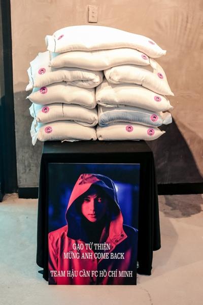 Fan gửi tặng S.T Sơn Thạch hàng chục kg gạo để làm từ thiện sau đó.