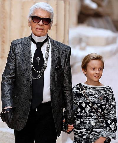 Karl Lagerfeld qua đời ngày 19/2 sau một tuần lâm bệnh nặng. Ông không có con nhưng nhận lời làm cha đỡ đầu của cậu bé Hudson Kroenig (11 tuổi) và có mối quan hệ gắn bó với gia đình Hudson.