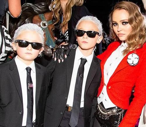 Hudson Kroenig và em trai hóa trang giống Karl Lagerfeld khi đi cổ vũ đêm thời trang của ông.