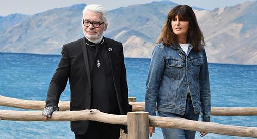 Virginie Viard bên Karl Lagerfeld ở cuối show Xuân Hè 2019.