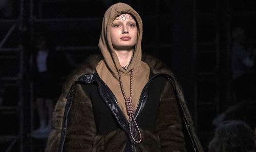 Người mẫu mặc thiết kế gây tranh cãi của Burberry tại tuần lễ thời trang London. Ảnh: Vianney Le Caer (AP).