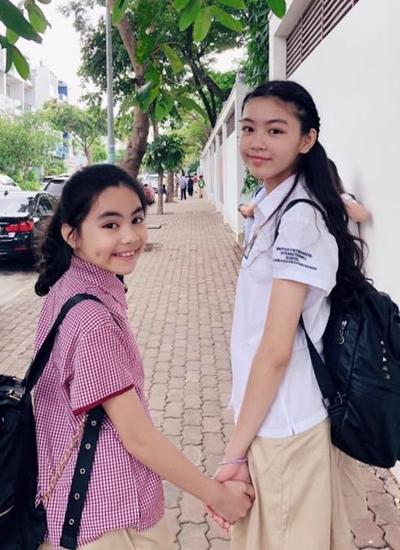 Lớn hơn em gái hai tuổi, Lọ Lem (phải) có chiều cao vượt trội và ra dáng thiếu nữ. Cô hiện học tại một trường quốc tế.