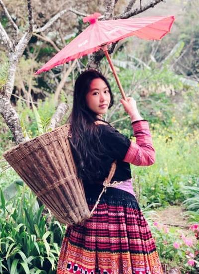 Lọ Lem ăn mặc giống thiếu nữ Tây Bắc khi du lịch cùng bố mẹ ở các tỉnh phía Bắc.