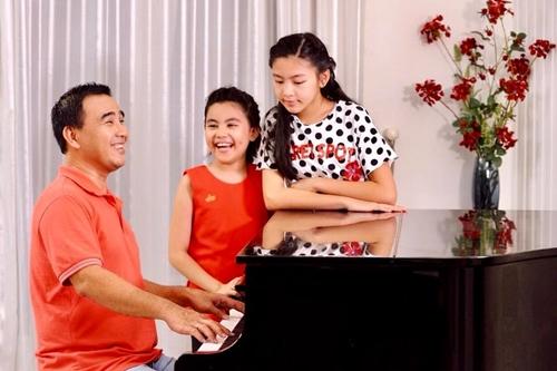 14 năm chung sống, vợ chồng Quyền Linh có hai con gái - Lọ Lem (phải) và Hạt Dẻ. Lọ Lem, tên thật là Mai Thảo Linh, sinh năm 2005, là con gái đầu lòng của tài tử. Trong nhà, Lọ Lem được khen giống mẹ ở khuôn mặt thon, nụ cười duyên và mắt huyền.