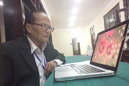 nhà thơ Giang Nam ghi âm giọng đọc cho chương trình khi ông 88 tuổi