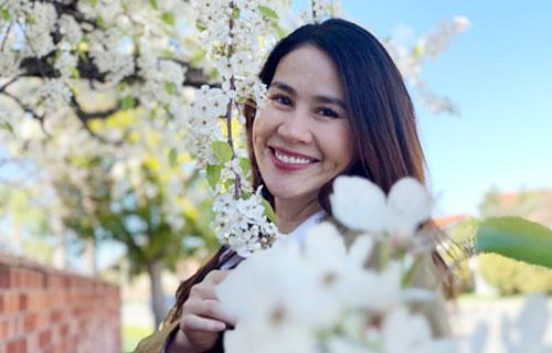Khi con thứ hai cứng cáp, Thân Thúy Hà về lại Việt Nam hoạt động nghệ thuật.